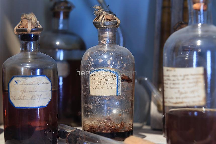 France, Jura (39), Arbois, la maison de Pasteur, son bureau et laboratoire, flacons de culture // France, Jura, Arbois, Louis Pasteur House, his office and laboratory, culture flasks