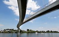 AMSTERDAM- De Nesciobrug, genoemd naar de Nederlandse schrijver Nescio; is een gebogen hang-tuibrug en de langste fiets- en voetgangersbrug van Nederland. De totale lengte van de brug is 780 meter.De brug overspant het Amsterdam-Rijnkanaal en verbindt Amsterdam en Diemen met IJburg via de Diemerzeedijk
