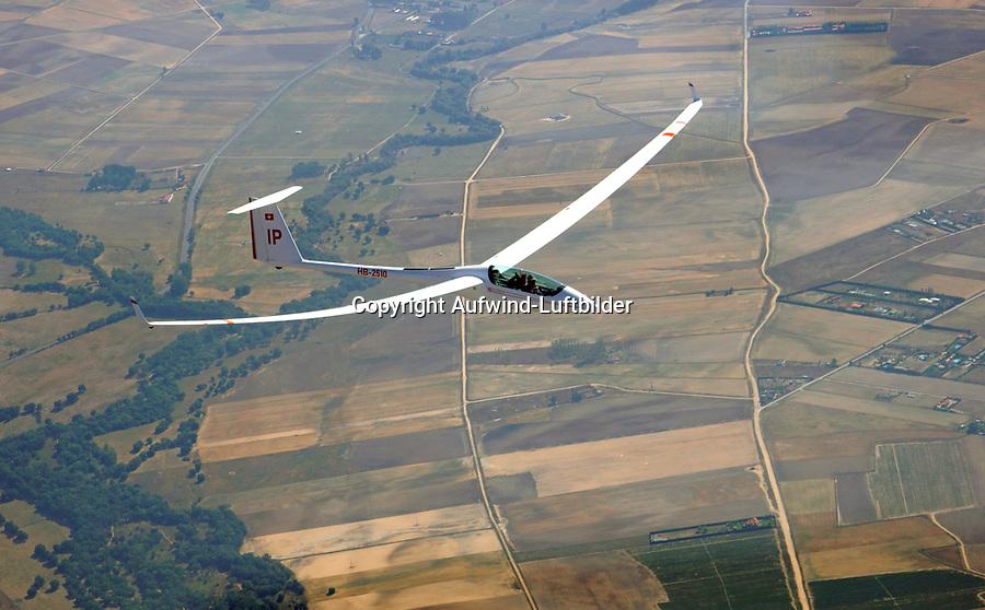 ASH25 EB28 in Spanien: SPANIEN, KASTILIEN LEON, SEGOVIA, 27.07.2017: Segelflugzeug vom Typ ASH25 EB28, zwei Männer sitzen im Cockpit eines Segelflugzeugs und fliegen über spanische Landschaft