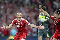 25.05.2013, Wembley Stadion, London, ENG, UEFA Champions League, FC Bayern Muenchen vs Borussia Dortmund, Finale, im Bild Arjen ROBBEN (FC Bayern Muenchen - 10) - Thomas MUELLER (FC Bayern Muenchen - 25) jubeln - Roman WEIDENFELLER (Torwart, Torhueter Borussia Dortmund - BVB - 1) im Hintergrund ist enttaeuscht, ist frustriert, frust, zeigt Emotionen // during the UEFA Champions League final match between FC Bayern Munich and Borussia Dortmund at the Wembley Stadion, London, United Kingdom on 2013/05/25. EXPA Pictures © 2013, PhotoCredit: EXPA/ Eibner/ Gerry Schmit<br /> <br /> ***** ATTENTION - OUT OF GER ***** <br /> 25/5/2013 Wembley<br /> Football 2012/2013 Champions League<br /> Finale <br /> Borussia Dortmund Vs Bayern Monaco <br /> Foto Insidefoto