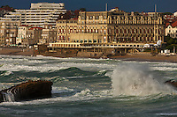 Europe/France/Aquitaine/64/Pyrénées-Atlantiques/Pays-Basque/Biarritz: le Front de mer et l' Hôtel du Palais  ou  Villa Eugénie par gros temps