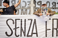 ITA: Un signore anziano mostra la foto dell'attentato alla scuola Diaz del 2001, Roma 19 Ottobre 2013. Decine di migliaia di persone sono scese in piazza per protestare contro le misure di austerità e tagli di bilancio in Italia. (Foto di Adamo Di Loreto/BuenaVista*photo) ENG: An elderly man shows the photo of the attack on the Diaz school in 2001year on October 19, 2013 in Rome. Tens of thousands of people took to the streets to protest against the austerity measures and budget cuts in Italy. (Photo credit Adamo Di Loreto/BuenaVista*photo)