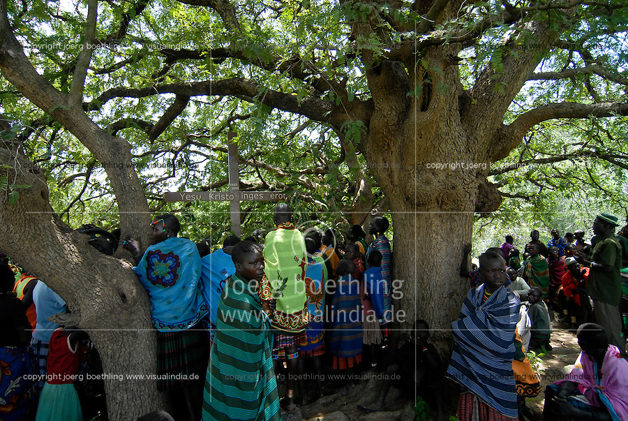 UGANDA Karamoja , Karimojong a pastoral tribe , christian mass under tree / UGANDA Karamoja , Volk der Karimojong , christliche Messe unter einem Baum
