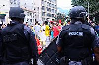RIO DE JANEIRO, RJ, 30 DE JUNHO DE 2013 -MANIFESTAÇÃO NO ENTORNO DO MARACANÃ- Manifestantes se concentram na Praça Saens Pena e protestam no entorno do Maracanã onde será a final da Copa das Confederações, com o jogo Brasil x Espanha, na tarde deste domingo, 30 de junho, no Maracanã, zona norte do Rio de Janeiro.FOTO:MARCELO FONSECA/BRAZIL PHOTO PRESS