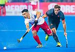 BHUBANESWAR (INDIA) - Jeroen Hertzberger (Ned) met Gabriel Ho-Garcia (Can)  tijdens Nederland-Canada bij het WK Hockey heren. COPYRIGHT KOEN SUYK