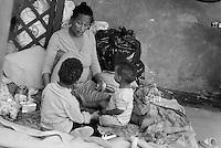 Roma, 13 Giugno 2015<br /> Vi Tiburtina.<br /> Centinaia di migranti hanno trovato rifugio nel centro di accoglienza Baobab di Via Cupa e nelle vie limitrofe.<br /> Mamma con figli nel cortile