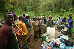 Repartition des sacs entre les porteurs aux portes du parc national du Kilimandjaro