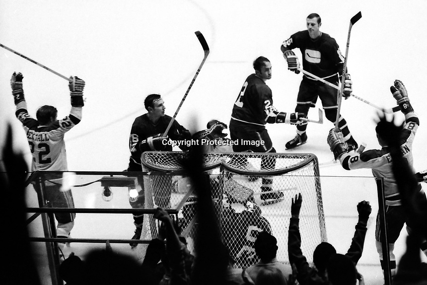 Seals score against the Vancouver Canucks 1971<br />