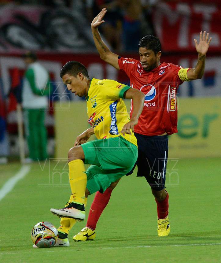MEDELLIN - COLOMBIA -31-07-2016: Cristian Marrugo (Der.) jugador de Deportivo Independiente Medellin disputa el balon con Yobani Ricardo (Izq) jugador de Atletico Huila, durante partido por la fecha 6 entre Deportivo Independiente Medellin y Atletico Huila,  de la Liga Aguila II 2016, en el estadio Atanasio Girardot de la ciudad de Medellin. / Cristian Marrugo (R) player of Deportivo Independiente Medellin fights for the ball with Yobani Ricardo (L)  player of Atletico Huila, during a match for the date 6 between Deportivo Independiente Medellin and Atletico Huila, of the Liga Aguila II 2016 at the Atanasio Girardot stadium in Medellin city. Photos: VizzorImage  / Leon Monsalve / Cont.