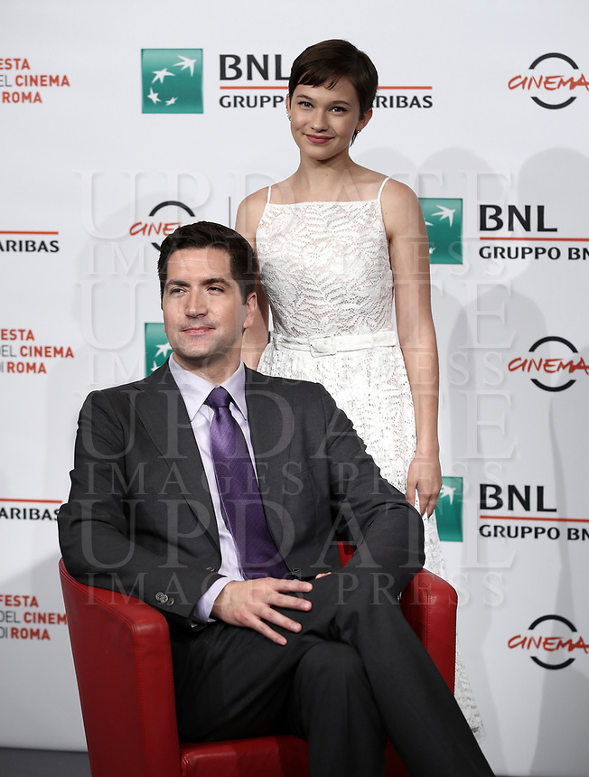 "Il regista statunitense Drew Goddard (s) e l'attrice statunitense (d) posano durante un photocall per la presentazione del film ""Bad Times at the El Royale"" alla Festa del Cinema di Roma. 18 ottobre 2018.<br /> US director Drew Goddard (l) and US actress Cailee Spaeney (r) pose for the photocall to present the movie ""Bad Times at the El Royale"" during the international Rome Film Festival at Rome's Auditorium, Rome on October 18, 2018<br /> UPDATE IMAGES PRESS/Isabella Bono"