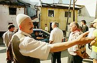 Von Kosovo-Albanern aus Rache niedergebranntes Haus einer serbischen Familie in Prizren. Das angrenzende Haus einer kosovo-albanischen Familie wurde dabei ebenfalls Opfer der Flammen, die Familie ist nun obdachlos. Der Mann im Vprdegrund ist der Grossvater der Familie und mient, dass Opfer fuer die Freiheit halt gebracht werden muessen.<br /> Die meissten niedergebrannten Haeuser in Prizren wurden von Kosovo-Albanern nach dem Einmarsch der KFOR angezuendet. In weiten Teilen des Kosovo verhaelt es sich genau umgekehrt.<br /> Prizren/Jugoslawien, 31.7.1999<br /> Copyright: Christian-Ditsch.de<br /> [Inhaltsveraendernde Manipulation des Fotos nur nach ausdruecklicher Genehmigung des Fotografen. Vereinbarungen ueber Abtretung von Persoenlichkeitsrechten/Model Release der abgebildeten Person/Personen liegen nicht vor. NO MODEL RELEASE! Don't publish without copyright Christian-Ditsch.de, Veroeffentlichung nur mit Fotografennennung, sowie gegen Honorar, MwSt. und Beleg. Konto: I N G - D i B a, IBAN DE58500105175400192269, BIC INGDDEFFXXX, Kontakt: post@christian-ditsch.de<br /> Urhebervermerk wird gemaess Paragraph 13 UHG verlangt.]