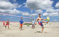 Amsterdam 2015 07 19 . Jongens spelen voetvolley op stadsstrand Blijburg op IJ burg