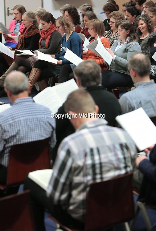 Foto: VidiPhoto<br /> <br /> VEENENDAAL - Repetitie van gemengd koor &quot;Met hart en stem&quot; van de Ger. Gem. in Veenendaal.