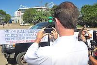 RIO DE JANEIRO, RJ, 25 DE AGOSTO 2012 - MANIFESTAÇÃO PÚBLICA SOS AUTÓDROMO/RJ - O candidato à prefeitura do RJ, Marcelo Freixo (PSOL), fotografa uma das faixas de protesto, durante o Ato SOS Autódromo do Rio de Janeiro, na tarde deste sabado, 25. FOTO BRUNO TURANO  BRAZIL PHOTO PRESS
