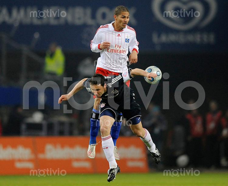 Fussball Bundesliga Saison 2008/2009 Hamburger SV - FC Bayern Muenchen Paolo GUERRERO (HSV, oben) gegen Mark VAN BOMMEL (FCB).