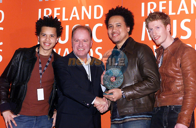 2FM DJ Tony Fenton presenting Relish with thier Hope for 2001 award at the Meteor Irish Music Awards in the Point on Friday night..Picture: Paul Mohan/Newsfile..SEE JOHN CASSIDY FOR COPY IN IRISH SUNDAY MIRROR