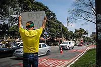 GUARULHOS SP, 12.04.2015 - PROTESTO CONTRA A DILMA GUARULHOS - Manifestantes protestam contra o governo da presidente  Dilma Rousseff  na região central de Guarulhos na manhã deste domingo (12).(Foto: Renato Gizzi / Brazil Photo Press)