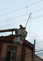 ATENCÃO EDITOR: FOTO EMBARGADA PARA VEICULO INTERNACIONAL - SÃO PAULO, SP, 05 NOVEMBRO 2012 - CURTO REDE ELETRICA NA LIBERDADE -  A madeira de sustentação dos cabos de alta tenção na rede elétrica partiu gerando explosão e corte de energia na rua Galvão Bueno entre as ruas Barão de Iguape e a rua Thomas na Liberdade região central da cidade nessa segunda,05. (FOTO: LEVY RIBEIRO / BRAZIL PHOTO PRESS