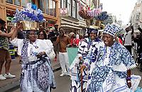 Nederland  Amsterdam - 2018.  Memre Waka optocht door de stad. Op 1 juni wordt in Amsterdam met de herdenkingstocht Memre waka de jaarlijkse Keti koti-maand geopend, die op 1 juli eindigt met de viering van de afschaffing van de slavernij (1 juli 1863). Deze mars wordt georganiseerd door stichting Eer en Herstel en vereniging Opo Kondreman, in samenwerking met onder meer NINSEE en de Black Heritage Tours. Na de kranslegging op de Dam wordt er ook gedanst tijdens de mars.   Foto mag niet in negatieve / schadelijke context gepubliceerd worden.   Foto Berlinda van Dam / Hollandse Hoogte.