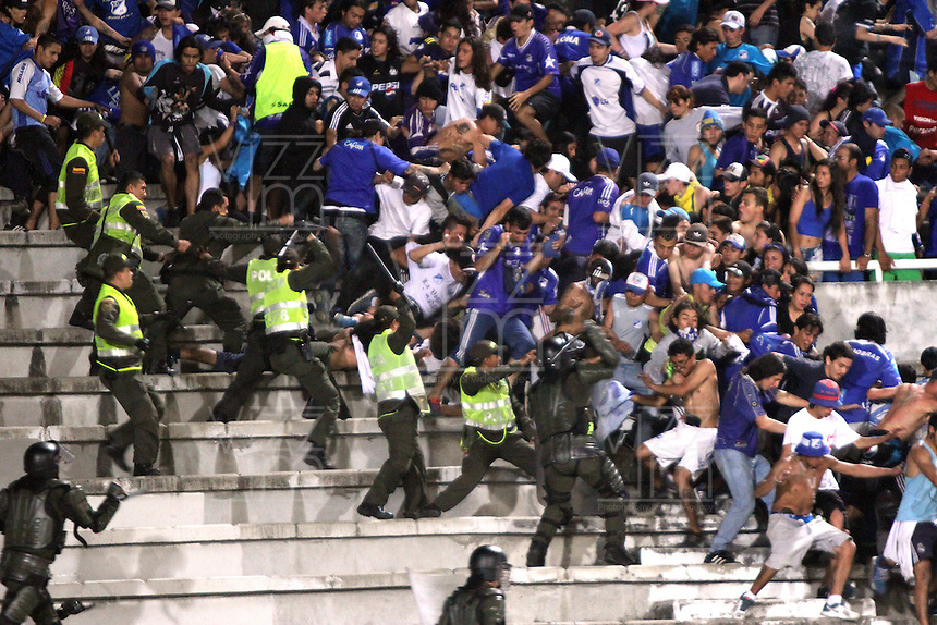 IBAGUE -COLOMBIA, 9-NOVIEMBRE-2014.Los hinchas de Millonarios se enfrentaron la Policia Nacional y fueron repelidos durante partido por la fecha 18 de la Liga Postobón II contra el Tolima 2014 jugado en el estadio Manuel  Murillo Toro de la ciudad de Ibague./ Millonarios Fans fought with the National Police and were repulsed during the match on 18 Postobón II League 2014 against Tolima played Manuel Murillo Toro stadium in Ibague City.Photo / VizzorImage / Andrew Indell / Staff
