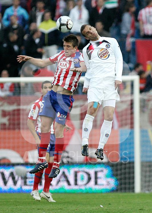 Getafe's Roberto Soldado against Atletico de Madrid's Ignacio Camacho during La Liga match, May 15, 2010. (ALTERPHOTOS/Alvaro Hernandez).
