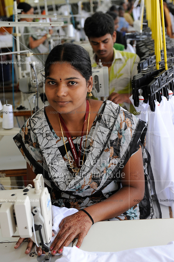 INDIA Tirupur , fair trade textile units , Armstrong Knitting Mills produces organic and fairtrade garments for Export / INDIEN Tamil Nadu, Tirupur,  fairtrade Textilbetriebe , Herstellung von oekologischen und fair gehandelten Textilien bei Armstrong Knitting Mills fuer den Export, Naeherin Oohlimadhi , 21 Jahre