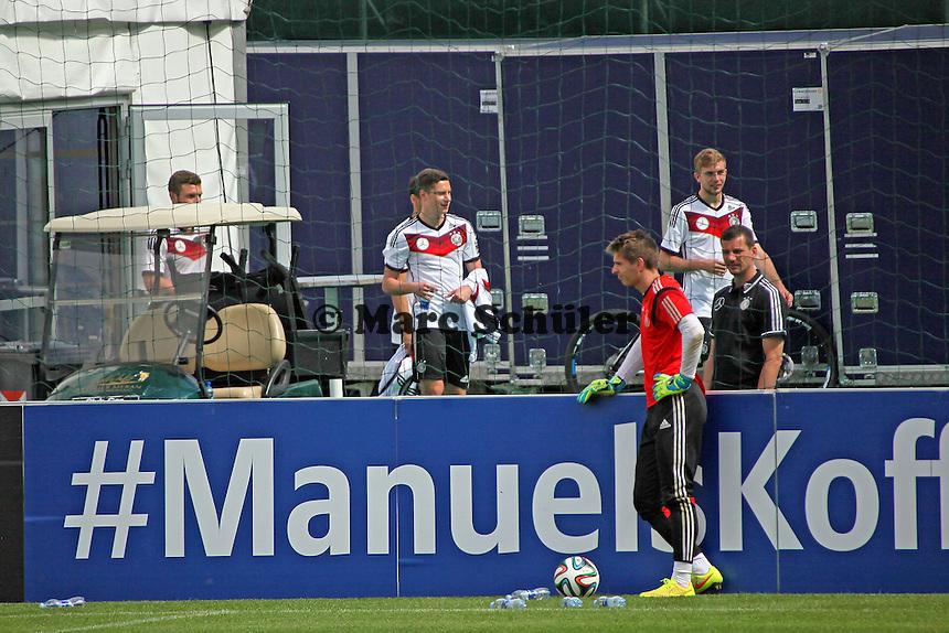 Christoph Kramer, Julian Draxler kommen aus dem Fitnesszelt, Ron Robert Zieler davor - Abschlusstraining der Deutschen Nationalmannschaft gegen die U20 im Rahmen der WM-Vorbereitung in St. Martin
