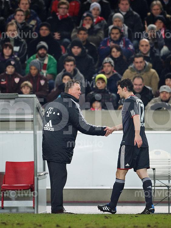 Fussball DFB Pokal Saison 2010/2011 VFB Stuttgart - FC Bayern Muenchen V.l.: Trainer Louis VAN GAAL (FC Bayern) reicht Mark VAN BOMMEL (FC Bayern) bei der Auswechslung die Hand.