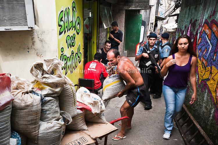 Des policiers de l'UPP patrouillent les ruelles de la favela de Cantagalo.