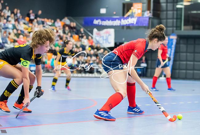 ROTTERDAM  - NK Zaalhockey,   halve finale dames Laren-Den Bosch. Laren wint. Maxime Kerstholt (Lar) met links Anne Boer (Den Bosch)   COPYRIGHT KOEN SUYK