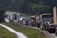 MINAS GERAIS, JUATUBA, 29.08.2014 - ACIDENTE COM CAMINHÃO TANQUE FECHAR RODOVIA - Acidente entre caminhão tanque e carreta fecha Rodovia BR 262 no Km 267 sentido Divinópolis -MG por volta das 14:40 desta Quinta Feira (29), não teve vítimas porém o Caminhão tanque está com vazamento e a via permanece fechada até a Chegada dos bombeiros, segundo a Policia Rodoviaria Federal existe perigo de Explosão.(Foto: Marcelo Brammer / Brazil Photo Press).