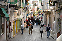 ITA, Italien, Kampanien, Ischia, vulkanische Insel im Golf von Neapel: Blick ueber die Stadt, Ischia Porto: Einkaufsstrasse Via Roma | ITA, Italy, Campania, Ischia, volcanic island at the Gulf of Naples: view across town, Ischia Porto: shopping street Via Roma