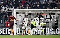 Goal Gonzalo Higuain Calcio, Serie A: Juventus vs Roma. Torino, Juventus Stadium,17 dicembre 2016. <br /> Juventus&rsquo; Gonzalo Higuain right, kicks to score the winning goal during the Italian Serie A football match between Juventus and Roma at Turin's Juventus Stadium, 17 December 2016.<br /> UPDATE IMAGES PRESS/Isabella Bonotto