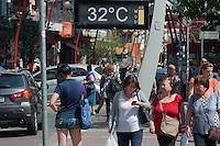 SÃO PAULO-SP-09,10,2014-CLIMA TEMPO SÃO PAULO/LIBERDADE - As temperaturas estão altas na região central.A média ultrapassa os 30° com boa qualidade do ar e umidade relativa do ar baixa. Local:Avenida Liberdade.Região central da cidade de São Paulo,no começo da tarde dessa Quinta-Feira,09(Foto:Kevin David/Brazil Photo Press)