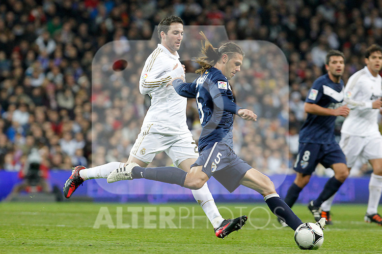 Real Madrid's Gonzalo Higuain (l) and Malaga's Martin Gaston Demichelis during Spanish King's Cup match.January 3,2011. (ALTERPHOTOS/Acero)