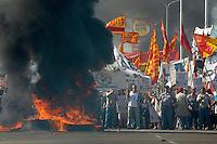 ATENCAO EDITOR IMAGEM EMBARGADA PARA VEICULOS INTERNACIONAIS - BUENOS AIRES, ARGENTINA, 20 NOVEMBRO 2012 - PROTESTOS EM BUENOS AIRES - Manifestantes participam de marcha durante uma greve geral feita por sindicatos que se opõem ao governo da presidente Cristina Kirchner em Buenos Aires, capital da Argentina, nesta terça-feira (20). A ação sindical é o mais recente desafio para Cristina, cuja popularidade despencou este ano por causa da percepção da população quanto ao aumento da criminalidade, à fraqueza da economia e à alta da inflação. (FOTO: JUANI RONCORONI / BRAZIL PHOTO PRESS)