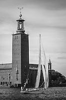 Klassisk segelbåt för segel vid Stadshuset i Stockholm i svartvitt