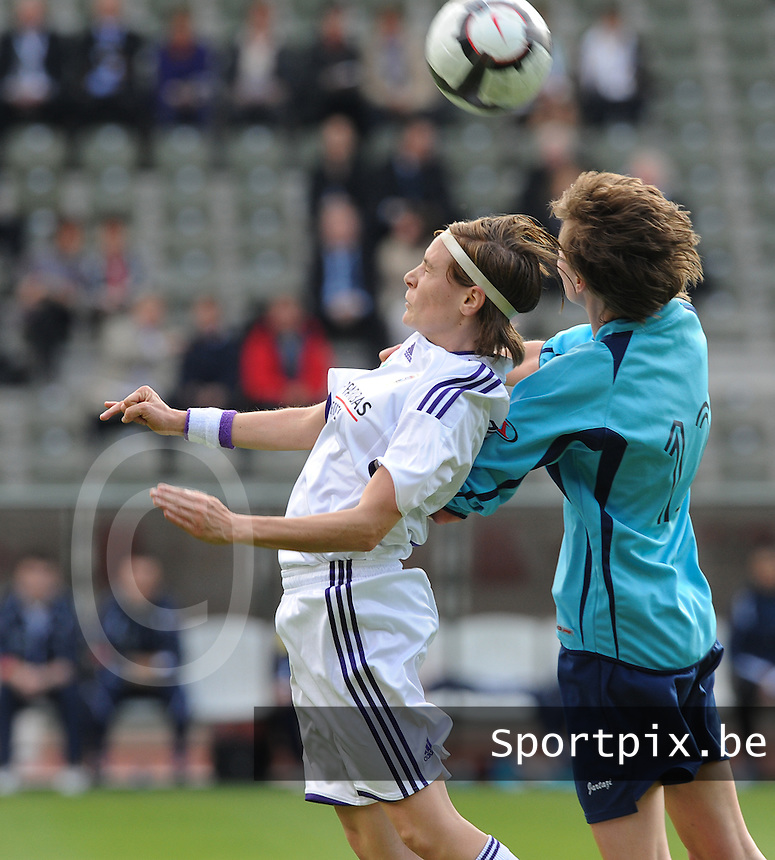 15 Mei 2010 Bekerfinale vrouwen : Sinaai Girls - RSC Anderlecht  : kopduel met Anne Puttemans (links).foto DAVID CATRY / Vrouwenteam.be