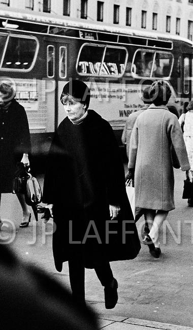 1969, Manhattan, New York City, USA. Actress Greta Garbo strolling along Madison Avenue in Manhattan.