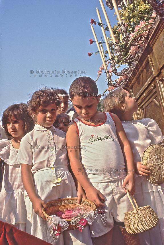 Palermo, feast of Saint Rosalia: kids during procession.<br /> Palermo, festino di Santa Rosalia: ragazzini su uno dei carri della processione