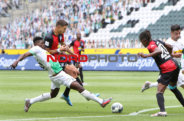 Gladbachs Breel Embolo (links) im Duell mit Marko Grujic -<br />