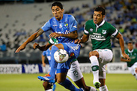 SANTIAGO-CHILE -19-02-2014. El jugador de Deportivo Cali Nestor Camacho, derecha, disputa el balon con Pablo Hernandez de O'Higgins durante el partido de segunda fase, grupo 3 de la Copa Libertadores de America en el estadio Monumental de Santiago, Chile./ Deportivo Cali's player Nestor Camacho, right, battles for the ball against Pablo Hernandez of O'Higgins during the second phase, group 3 of the Copa Libertadores championship football match held at Monumental stadium in Santiago, Chile.   Photo: VizzorImage/ Andres Pina /Photosport