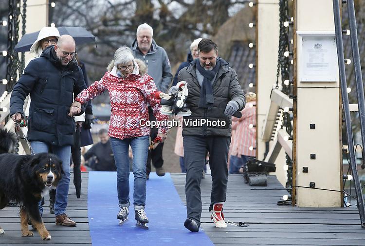 Foto: VidiPhoto<br /> <br /> ARNHEM &ndash; Met een 300 meter lange kluunwedstrijd, die gewonnen werd door de bekende schaatser en oud-deelnemer aan de Elfstedentocht Erik Hulzenbosch, is zaterdag het winterseizoen in het Nederlands Openluchtmuseum in Arnhem geopend. Samen met de nummers 2 en 3 werd hij gehuldigd. Dat gebeurde tijdens herfstachtige omstandigheden met veel wind en regen. Het museumpark is desondanks ingericht alsof het volop winter is met ijs(glij)baan, koek en zopie, midwinterhoornblazers, winterse ambachten en vuurkorven. Sommige kluners kregen wat hulp van familie of kwamen hijgend en puffend over de streep. De winteropenstelling van het Openluchtmuseum duurt tot en met 20 januari 2019.