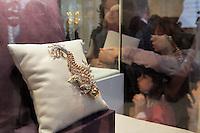 """MOS08 MOSCÚ (RUSIA) 14/09/2011.- Visitantes miran al broche """"Noche de Guana"""" por el diseñador Jean Schlumberger para Tiffany & Co. durante la exposición previa a la subasta que Christie's organizará en diciembre en Nueva York de la colección de joyas, obras de arte y parte del vestuario que perteneció a la fallecida actriz Elizabeth Taylor, un lote de 269 piezas valorado en 30 millones de dólares, en Moscú, Rusia, hoy miércoles 14 de septiembre de 2011. La subasta se celebrará del 13 al 16 de diciembre en la sede de Christie's en el Rockefeller Center de Nueva York y antes de la puja, las joyas recorrerán varios países en una exposición itinerante. Elizabeth Taylor falleció en marzo pasado a los 79 años por un fallo cardiaco. EFE/SERGEI CHIRIKOV.."""