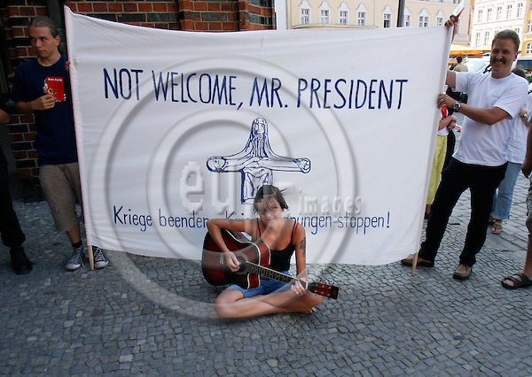 STRALSUND- GERMANY 11. JULY 2006 -- In picture: A young woman playing guitar and sining to protest against US-President George BUSH who will be visiting tomorrow -- PHOTO: UFFE NOEJGAARD / EUP-IMAGES.