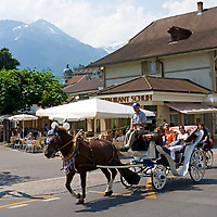CHE, SCHWEIZ, Kanton Bern, Berner Oberland, Interlaken: mit der Pferdekutsche durch die Innenstadt | CHE, Switzerland, Bern Canton, Bernese Oberland, Interlaken: horse-drawn carriage