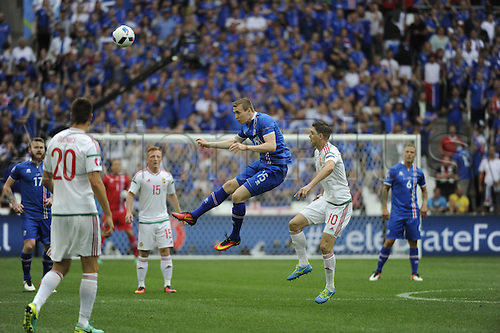 18.06.2016, Stade Velodrome, Marseille, FRA, UEFA European football Championships Group F. Iceland versus Hungary.  Bodvarsson (ice) challenged by Zoltan Gera