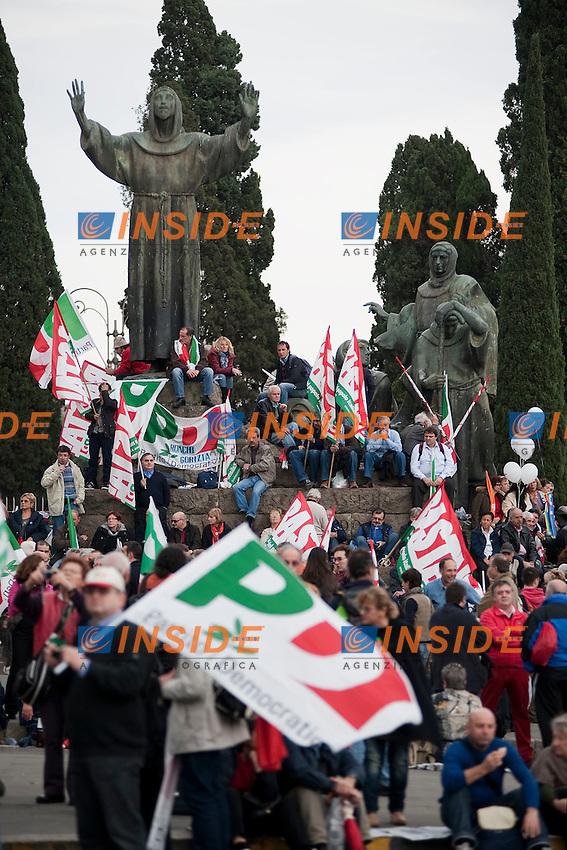 MANIFESTAZIONE NAZIONALE DEL PARTITO DEMOCRATICO A PIAZZA SAN GIOVANNI RICOSTRUZIONE IN NOME DEL POPOLO ITALIANO UN GRANDE PAESE MERITA UN FUTURO MIGLIORE..NELLA FOTO ALCUNI MANIFESTANTI DEL PD..ROMA CINECITTA 05 NOVEMBRE  2011..PHOTO INSIDEFOTO..............................