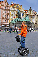 Transporte em seagway. Cidade de Praga. Republica Checa. 2011. Foto de Juca Martins.