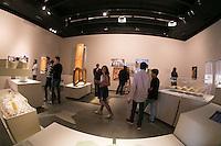 """SÃO PAULO, SP, 19.11.2016 - EXPOSIÇÃO-SP Visitantes durante a exposição """"Gaudí, Barcelona 1990"""" no Instituto Tomie Ohtake em Pinheiros na região oeste de São Paulo neste sábado, 19. A exposição conta com 46 maquetes e 25 peças entre objetos e mobiliário do artista catalão e fica em cartaz até 5 de fevereiro. (Foto: Ciça Neder / Brazil Photo Press)"""